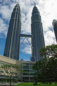 蓝天白云下的马来西亚吉隆坡双子塔图片
