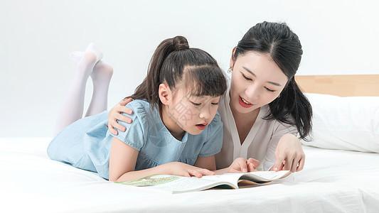 青年母女床上阅读图片