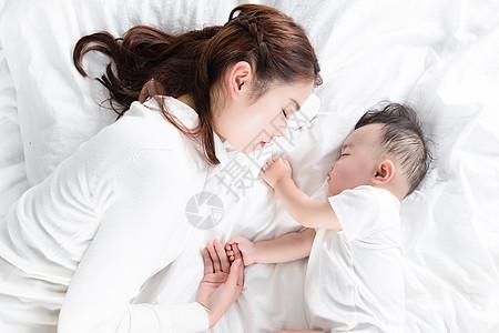 妈妈陪伴宝宝入睡图片