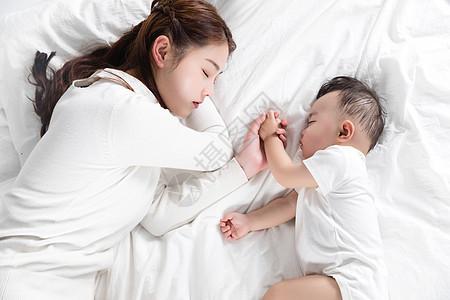 妈妈牵着宝宝的手睡觉图片