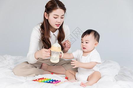 妈妈喂宝宝喝牛奶图片