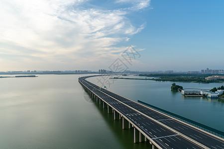 一望无际的跨湖大桥图片