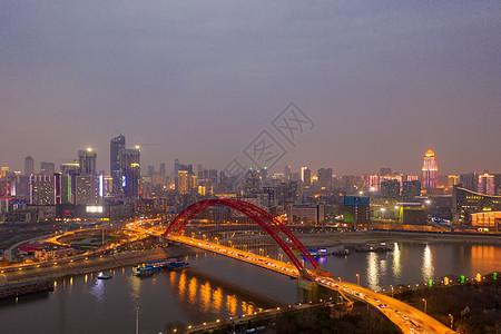 武汉车水马龙的城市道路夜景图片