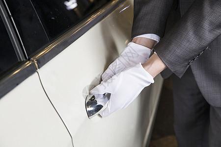酒店服务员为顾客开车门图片