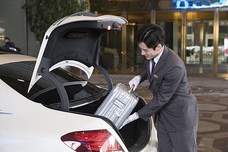 酒店服务员为顾客搬运行李图片
