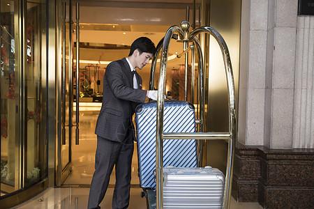 酒店服务员搬运行李图片