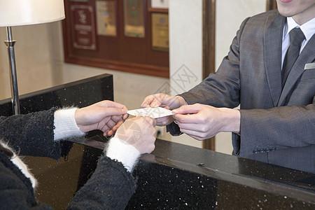 酒店服务员为客户办理入住图片
