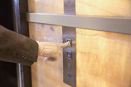 酒店服务员为顾客开电梯图片