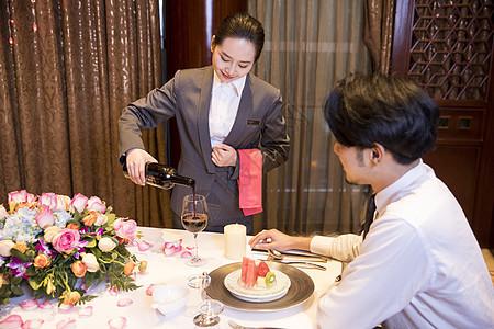 酒店服务人员给客户倒酒图片