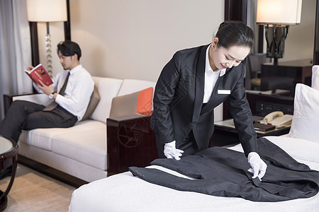 酒店服务人员叠衣服图片