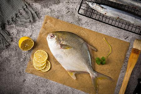 砧板上的金鲳鱼图片