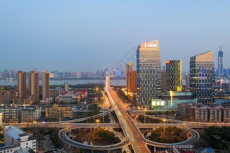 城市车水马龙的夜景道路图片
