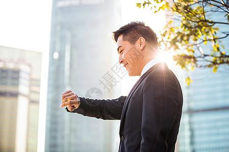 年轻商务男士看手表图片
