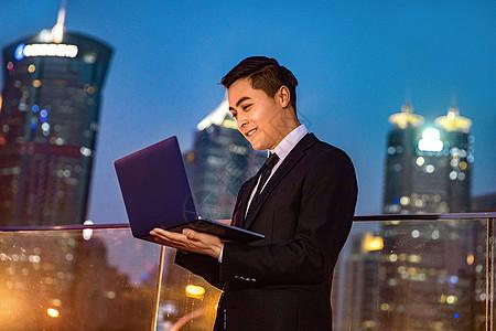 青年商务男士和笔记本电脑图片
