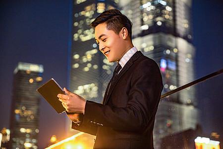 青年商务男士与平板电脑图片