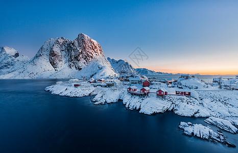 挪威北极圈雪山脚下美丽的渔村图片