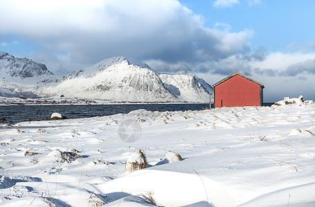 挪威峡湾冬季海边的红房子图片