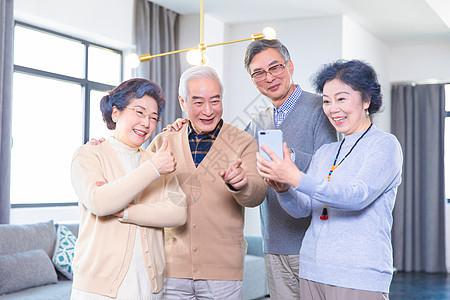 中老年聚会玩手机图片