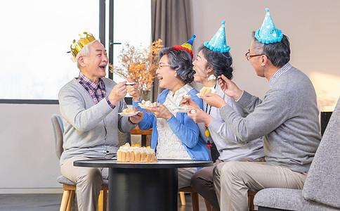 老年人生日庆祝吃蛋糕图片