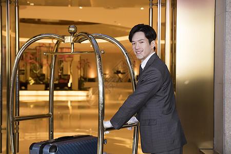 酒店服务员帮运行李图片