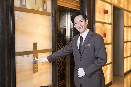 酒店服务员按电梯图片
