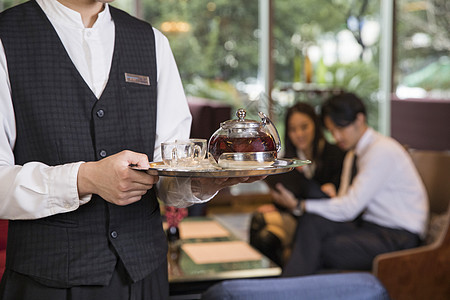 酒店服务人员准备茶水