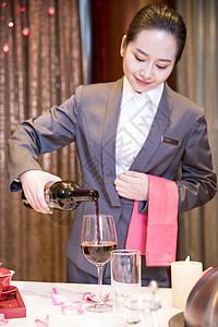 酒店餐饮服务员倒酒图片