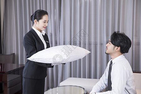 酒店服务员赠送枕头图片