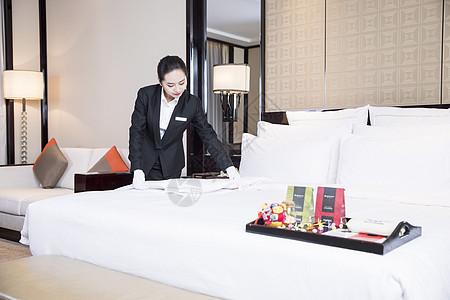 酒店服务员整理床铺图片