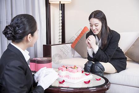 酒店服务员帮客户过生日图片