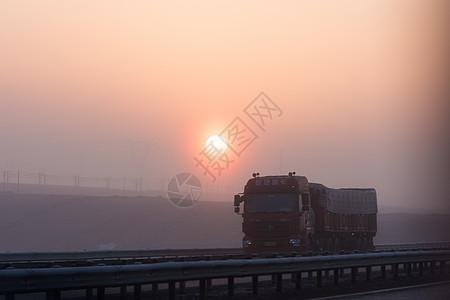 行驶在高速公路上的大货车图片