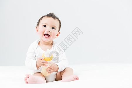 儿童节婴儿抱奶瓶图片