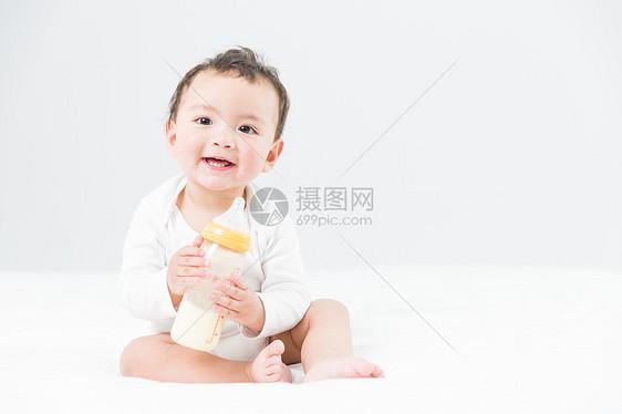 婴儿抱奶瓶图片