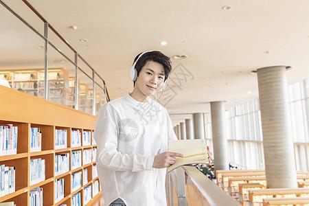 在图书馆看书的学生图片