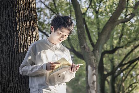 男性阅读图片