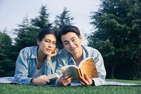青年情侣户外阅读图片