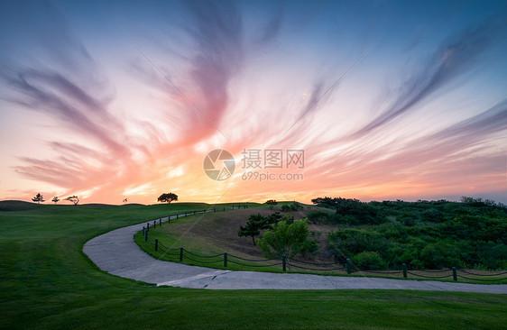 高尔夫球场一条小路图片