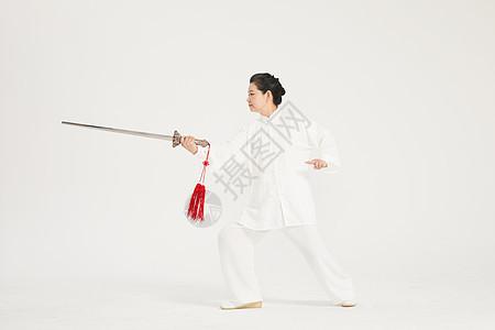 老年人舞剑图片