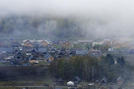 新疆山谷牧民村庄环境图片
