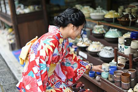 逛京都传统小店的美女图片