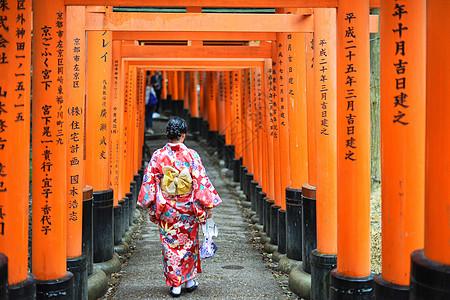 日本京都伏见稻荷大社千鸟居和服少女图片