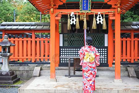 日本京都伏见稻荷大社和服少女图片