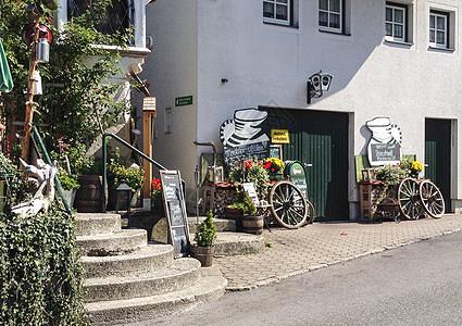 欧洲小镇街头的花艺和装饰图片