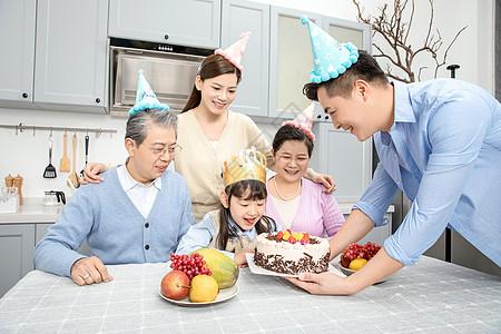 一家人欢乐地庆祝生日图片