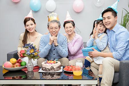 一家人欢乐地庆祝生图片