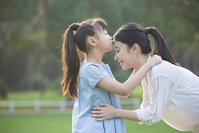 女儿亲吻妈妈图片