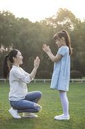 女儿和妈妈草地上玩耍图片