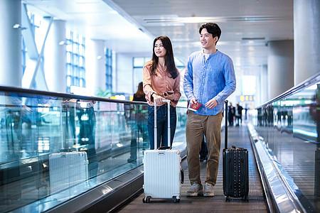 在机场的情侣图片