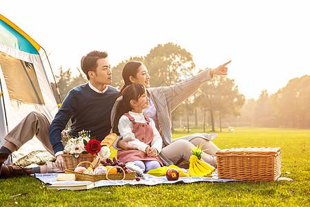 一家人欢乐地外出野餐图片