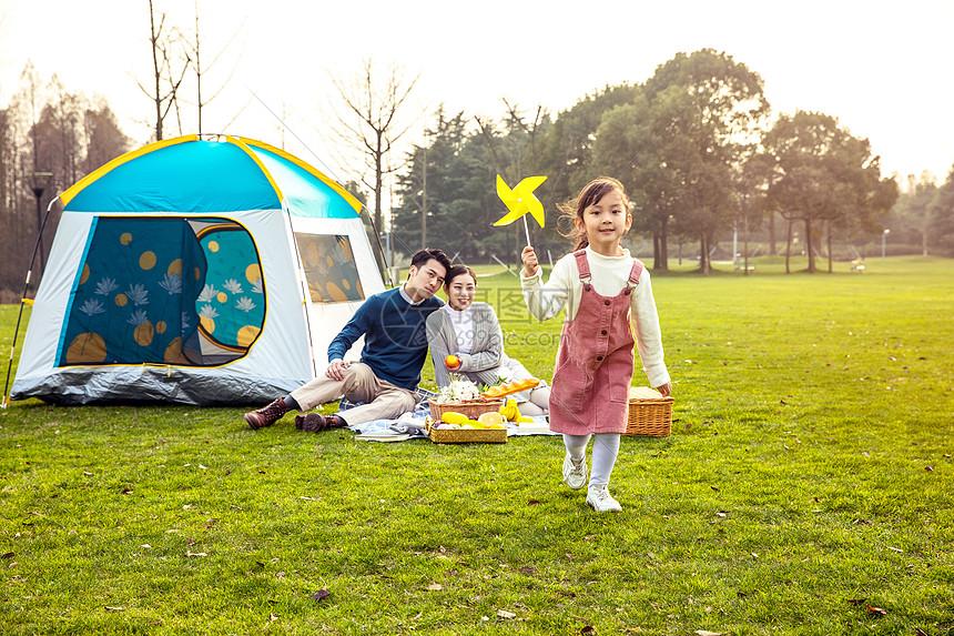 一家人欢乐地外出游玩图片